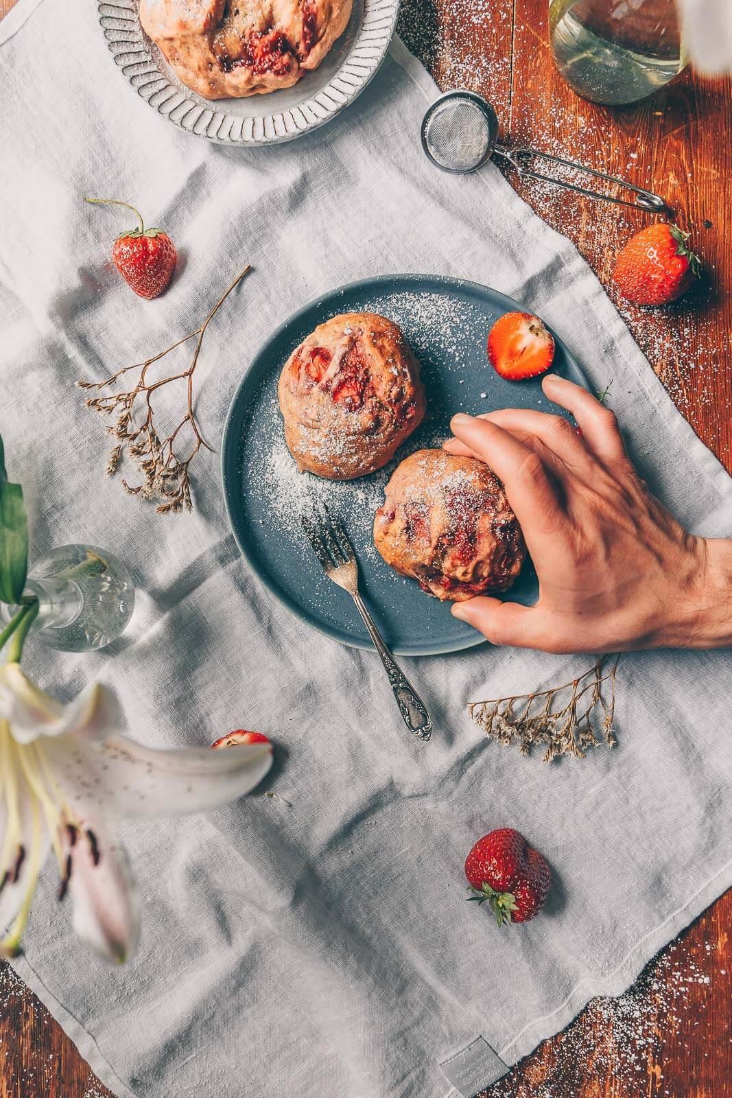 Erdbeer-Vanille-Buns, Erdbeer Brötchen, Brötchen Früchte, Brötchen vegan, vegane Rezepte, vegan Rezept Frühstück, Vanille Rezept vegan, Sommer Brötchen vegan Rezept