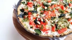 Glutenfreie Frühlingspizza mit Spinat