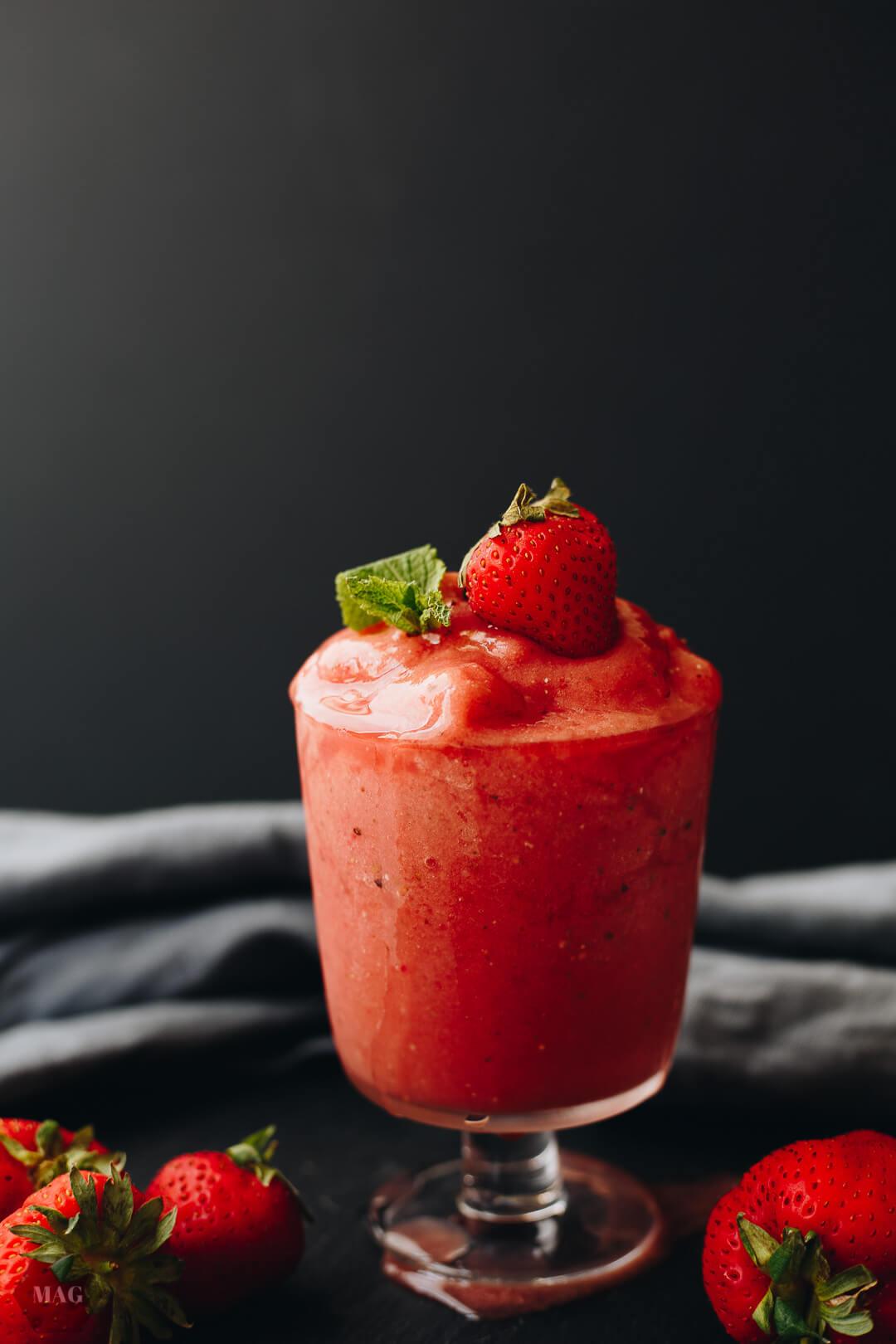 Wassermelonen-Smoothie, Wassermelonen-Erdbeer-Smoothie, Wassermelonen-Smoothie gesund, Wassermelonen Smoothie vegan, Wassermelonen Smoothie ohne Zucker, Wassermelonen Smoothie einfach, Wassermelonen Erdbeer Shake vegan, Wassermelonen Erdbeer Minze Getränk, Wassermelonen Smoothie selber machen