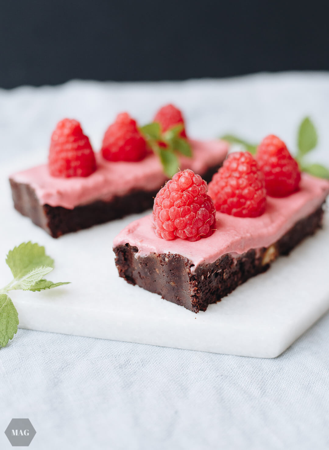 No bake Brownies mit Himbeer-Topping, no bake Brownie mit Himbeer-Topping, Himbeer-Brownie, Himbeer-Brownie no bake, Himbeer-Brownie vegan, Himbeer Kuchen vegan ohne Backen, Himbeer Kuchen ohne Backen, Himbeer Kuchen sommerlich vegan, Himbeer Brownies vegan