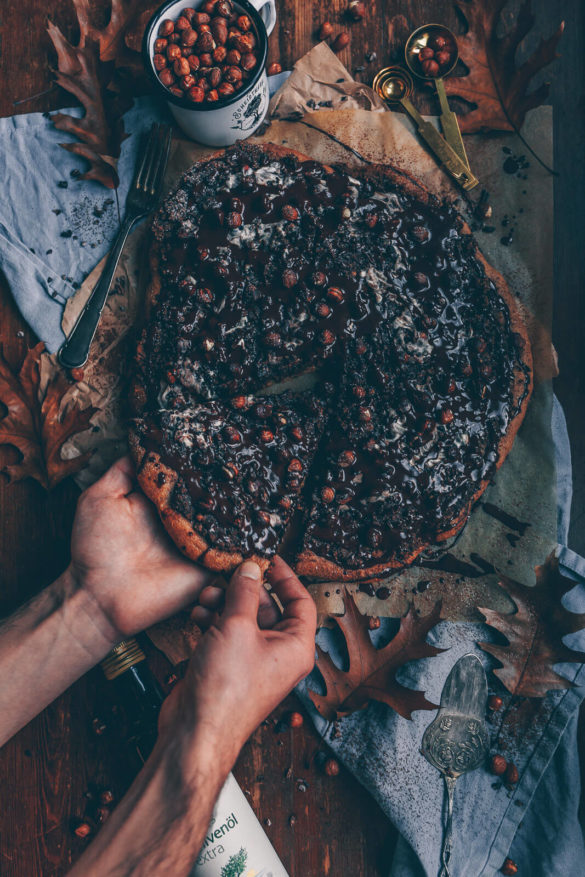 schoko-haselnuss-pizza, schokoladige pizza, schoko pizza, süße pizza, süße pizza selbstgemacht, süße pizza rezept, schoko pizza rezept, schoko pizza rezept vegan, schoko Haselnuss Pizza vegan, süße Pizza vegan, vegan pizza rezept süß, vegane pizza rezept, Schokolade pizza vegan